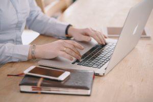 Zielgerichteter Traffic - Am Laptop arbeiten